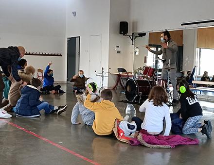 Initiation aux percussions avec l'ALSH Les Ouistitis (Magny le Hongre) et Nicolas Bastos de Dagoba © DR