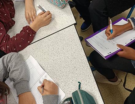Atelier écriture de chanson au collège Madeleine Renaud (Serris) et Singe © DR