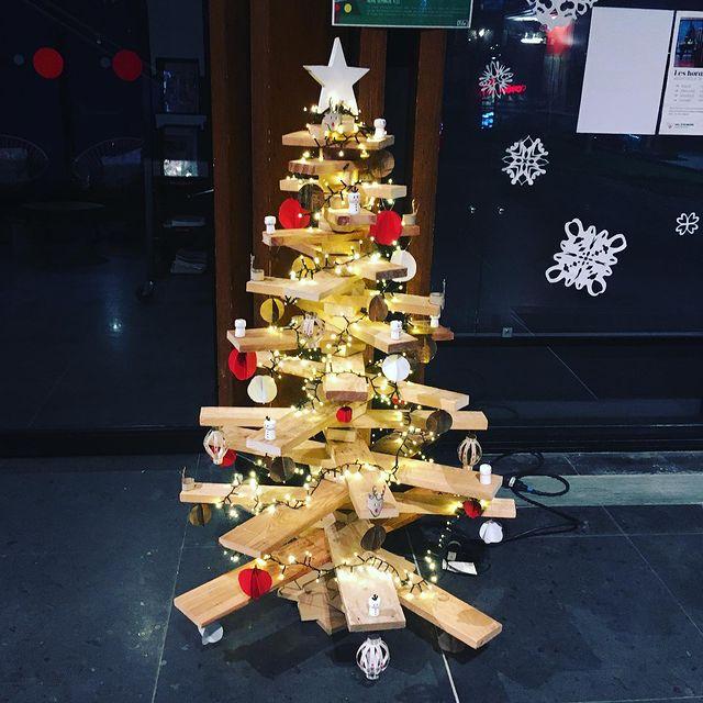 Chaque année, File7 opte pour un sapin en bois de récup' à Noël © DR